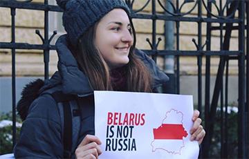 Минчанка провела в Будапеште одиночную акцию за независимость Беларуси