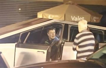 Відэагіт: Ілан Маск катаецца вакол Лос-Анджэлеса на Tesla Cybertruck