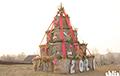 Фотофакт: Под Сморгонью поставили новогоднюю елку из соломы