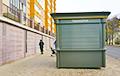 Минчане требуют убрать перегородившую тротуар «Табакерку»