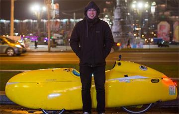 Немец на желтом веломобиле стал звездой благодаря Беларуси