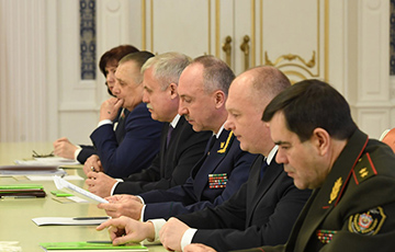 Фотофакт: С каким лицом силовики слушали Лукашенко