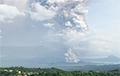 Фотофакт: Вулкан на Филиппинах выпустил столб пепла высотой 1 километр