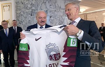Премьер Латвии отказал Лукашенко в хоккейной тренировке