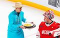 Фотофакт: хоккеист минского «Динамо» накормил вратаря драниками