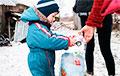Детям в деревне под Лиозно вернули «украденный» Новый год