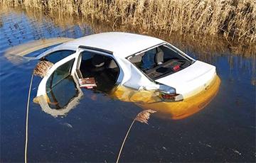 Фотофакт: Под Ивацевичами Renault опрокинулся в канал