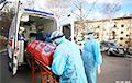 Видеофакт: в Минске забирают людей с коронавирусом