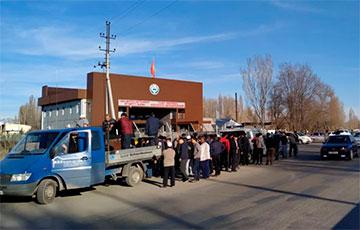 После массовой драки в Казахстане тысячи человек ушли в Кыргызстан