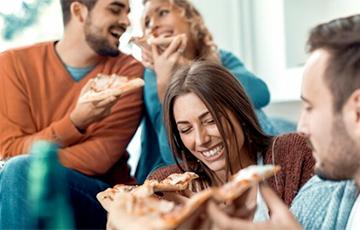 Ученые: Если человек ест руками, пища кажется вкуснее