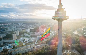 На Вильнюсскую телебашню повесили огромный флаг
