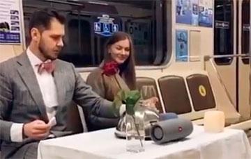 Видеохит: Минчане устроили романтическое свидание в метро