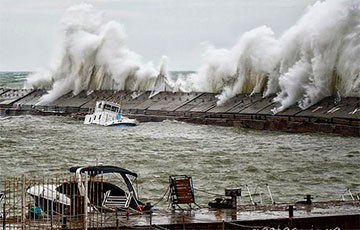 Ветер сносит самолеты и корабли: опубликованы впечатляющие кадры шторма «Деннис»