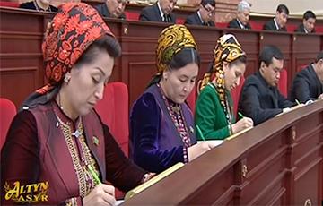 В Туркменистане учителей обязали пользоваться одинаковыми ручками