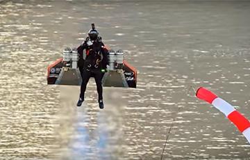 Відэахіт: Пілот на рэактыўным заплечніку ўзляцеў над Дубаем