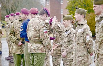В британской армии впервые в истории женщина стала парашютистом-десантником