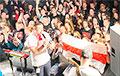 Видеофакт: Белорусы пришли на выступление Вольского с бело-красно-белыми флагами