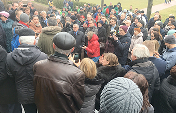 Rally Outside Belnauktahim: Belarusians Ask About Petrol Prices