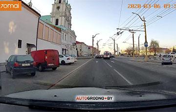 Видеофакт: В Гродно водители заезжают на высокий бордюр, чтобы дать дорогу «скорой»
