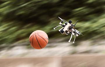 Відэафакт: Інжынеры навучылі беспілотнікі гуляць з мячом