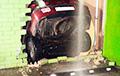 В минском ТЦ «Арена-сити» автомобиль протаранил стену и упал на эскалатор