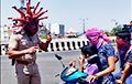 Відэафакт: Індыйскі дарожны патруль распавядае кіроўцам пра карантын пры дапамозе «каронашалома»