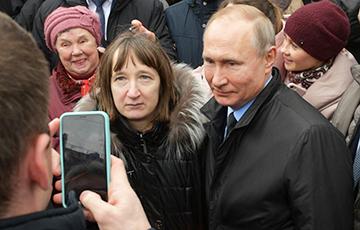 Прохожие, с которыми Путин общался в Петербурге, оказались массовкой