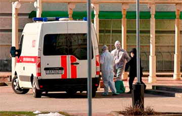 Фотофакт: В Витебске пациентов с подозрением на коронавирус перевозят без защитных капсул
