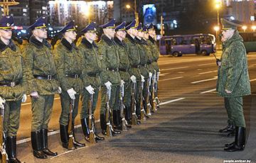 Лукашенко хочет заразить коронавирусом армию?