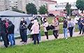 «Стоп прусак!»: У Лідзе ў падтрымку Ціханоўскай стала велізарная чарга
