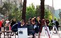 Фотофакт: В Борисове люди стоят в очереди, чтобы поставить подпись против Лукашенко