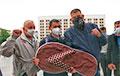 «Свободу Тихановскому»: Сотни людей пришли на пикет в Жлобине