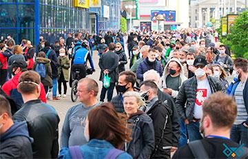 Большой фоторепортаж: Тысячи людей на пикете в Минске подписываются за перемены