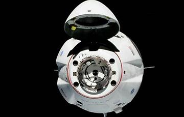 Частный космический аппарат Crew Dragon с двумя астронавтами на борту пристыковался к МКС