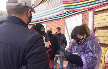 Жители Березы часами стояли в очереди, чтобы подписаться за Светлану Тихановскую