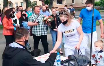 «Стоп прусак!»: У Ваўкавыску кіроўцы едуць уздоўж чаргі на пікеце за Ціханоўскіх
