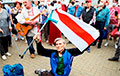 Фотофакт: Паралимпиец с бело-красно-белым флагом поставил подпись против Лукашенко