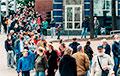 В Витебске выстроилась огромная очередь из желающих поставить подпись за Тихановских