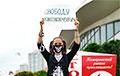 Минчанка пришла на пикет с плакатом «Свободу политзаключенным!»