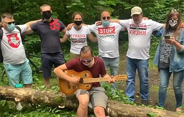 Видеофакт: «Партизаны» из белорусских лесов поют «Разбуры муры»