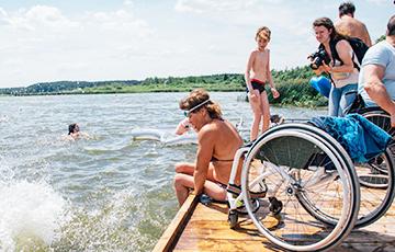 На Минском море открылся первый инклюзивный пляж