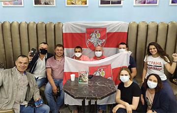 Фотофакт: Белорусы Москвы передают соотечественникам слова поддержки и солидарности