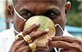 В Индии мужчина заказал золотую защитную маску
