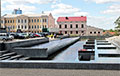 Знаки времени: надпись «3%» проступила на воде фонтана в центре Минска