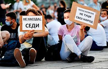 В Белграде противники Вучича устроили сидячую демонстрацию