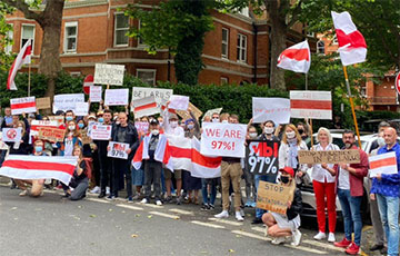 Video Fact: Kilometer-Long Chain Of Solidarity With Belarus In London Stretches To Buckingham Palace
