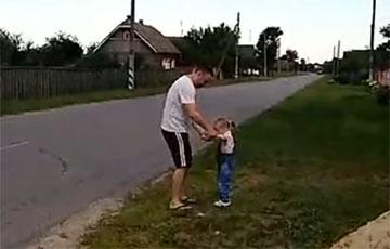 «Сыходзь!»: Бацька з дачкой выканалі кранальны танец на Флэшмобе салідарнасці