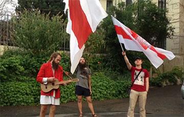 «Перемен!»: пикет солидарности прошел у белорусского посольства в Тбилиси