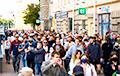 Белорусы идут в сторону вокзала, часть людей стоит возле Главпочтамта
