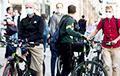 Рой велосипедистов на фоне заката диктатуры: символы протестов